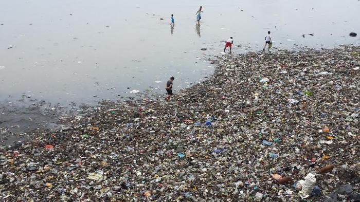 """Kadis Kebersihan: Kami Tak Mampu Angkat Sendiri, Pesisir Teluk Manado  Jadi """"Lautan Sampah"""""""