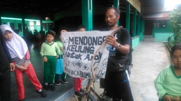 Pak Samsudin, Keliling Indonesia Cuma buat Mendongeng untuk Anak