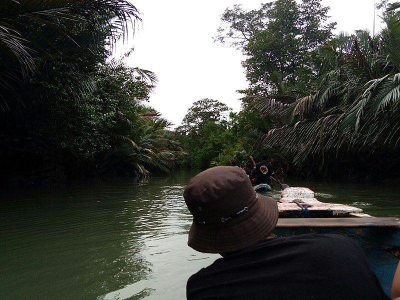 Beberapa orang menaiki kano di sekitar Pulau Handeleum. (commons.wikimedia.org)