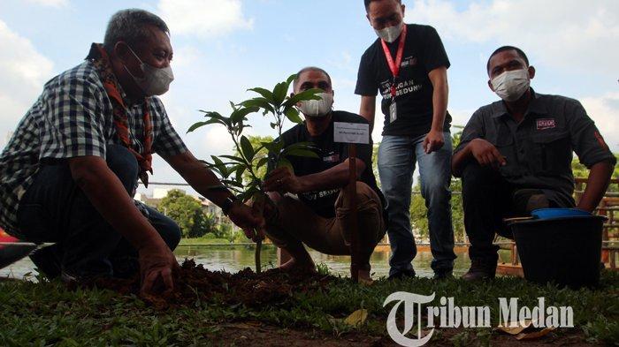 Kadis Kebersihan dan Pertamanan Kota Medan M Husni (kiri) bersama rombongan menanam pohon di pinggir danau bertepatan Hari Lingkungan Hidup Sedunia, di Taman Cadika Pramuka, Medan, Sabtu (5/6/2021). Memperingati Hari Lingkungan Hidup Sedunia PFI Medan dan Pemerintah Kota Medan dan pihak terkait menyelenggarakan kegiatan tanam pohon. TRIBUN MEDAN/DANIL SIREGAR