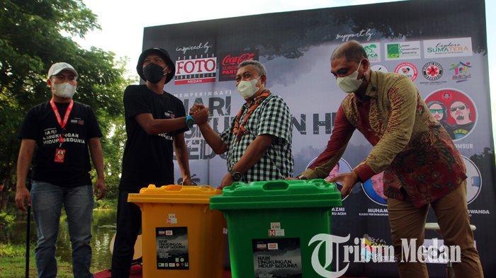 Kadis Kebersihan dan Pertamanan Kota Medan M Husni (dua kanan) menyerahkan tong sampah kepada Komunitas Pandawa Kayak bertepatan Hari Lingkungan Hidup Sedunia di Taman Cadika Pramuka, Medan, Sabtu (5/6/2021). Memperingati Hari Lingkungan Hidup Sedunia PFI Medan dan Pemerintah Kota Medan dan pihak terkait menyelenggarakan kegiatan tanam pohon. (TRIBUN MEDAN/DANIL SIREGAR)