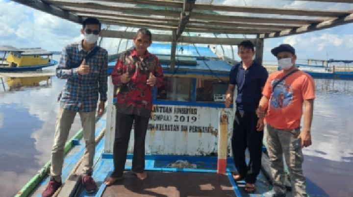 Bantuan KOMPAK berupa 1 unit kapal kayu dengan kapasitas mesin 23 PK yang diserahkan kepada Kelompok Masyarakat Pesisir (KMP) Camar Laut