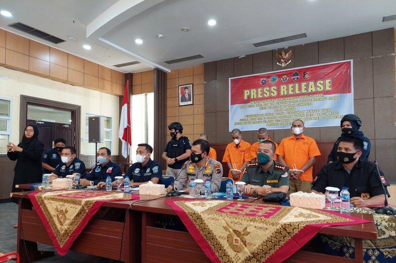 Polda Sumbar menggelar jumpa pers terkait kasus perusakan Taman Nasional Kerinci Seblat (TNKS) di Mapolda Sumbar pada Selasa, 15 Juni 2021. ANTARA /Mario Sofia Nasution