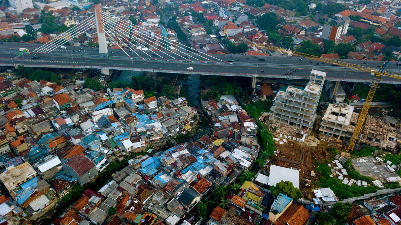 Cikapundung Pasopati. Foto udara yang memperlihatkan aliran Sungai Cikapundung yang melewati Jembatan Pasopati di Kota Bandung. Foto: Donny Iqbal/Mongabay Indonesia