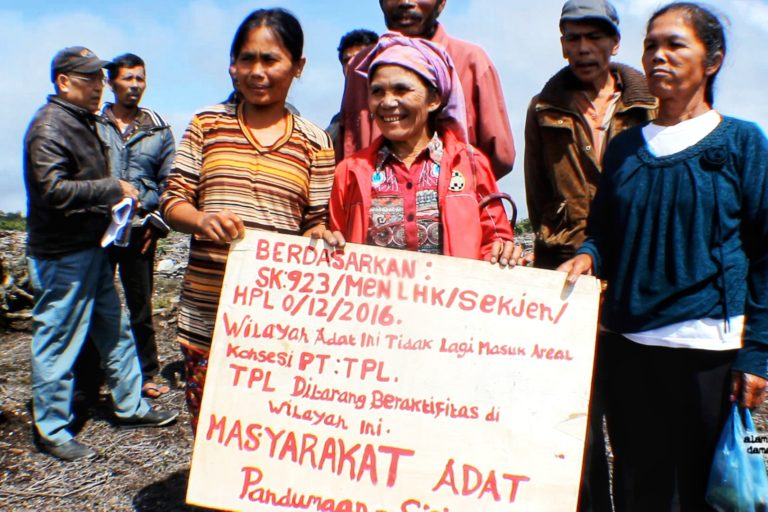 Perempuan Adat Pandumaan Sipituhuta berjuang mempertahankan hutan adat. Foto: Ayat S Karokaro/ Mongabay Indonesia