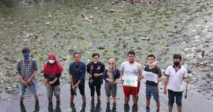 In Picture: Relawan Tanam Ratusan Bibit Mangrove Serta Bagikan Ecobag