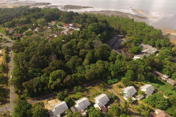 Huta Kota Muntok di Bangka Barat, Kepulauan Bangka Belitung dijepret menggunakan kamera drone, Senin (5/7/2021).(KOMPAS.com/HERU DAHNUR)