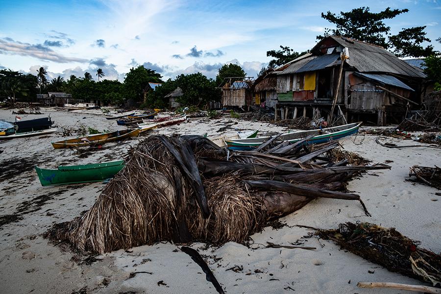 Abrasi pantai terjadi di sekitar pemukiman warga di Pulau Semujur, Bangka Tengah. Hilangnya ekosistem mangrove dapat memperparah abrasi pesisir di Pulau Bangka. Foto: Nopri Ismi/Mongabay Indonesia
