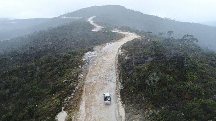 Jalan Trans Papua - Wahana Lingkungan Hidup Indonesia (Walhi) menemukan ribuan hektar tutupan hutan hilang karena pembangunan Jalan Trans-Papua. (Biro Komunikasi Publik Kementerian PUPR)