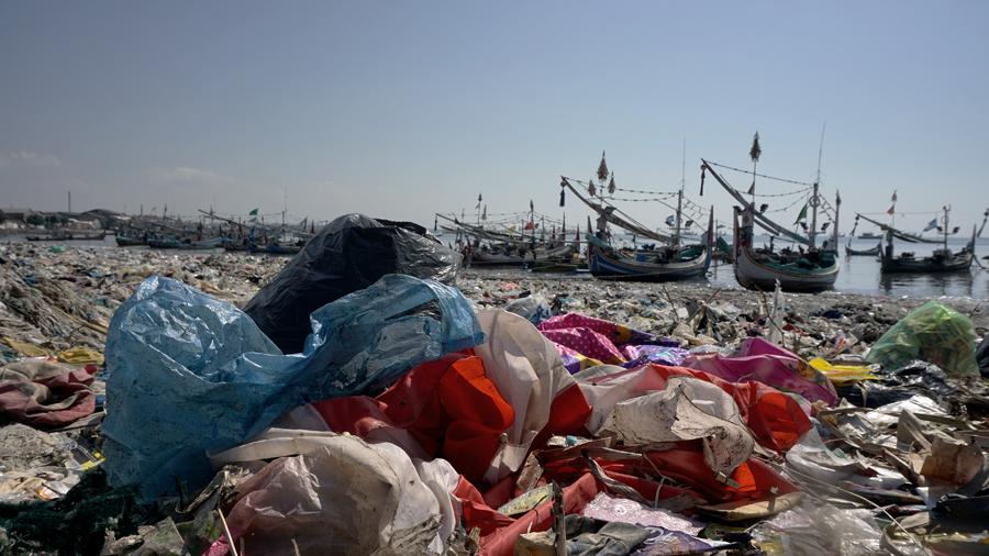Sampah di sepanjang pantai Muncar, Banyuwangi, Jatim, pada akhir Juni 2019. Selain di pesisir, sampah juga ada di perairan laut Muncar yang mempengaruhi nelayan mendapatkan ikan. Foto : Anton Wisuda/Mongabay Indonesia