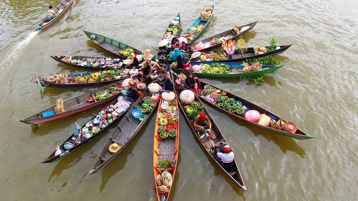 Festival pasar terapung Lok Baintan (Foto tempo.co)
