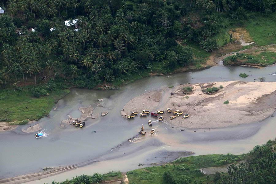 Kegiatan galian ini berada di pinggir Sungai Alas, wilayah Aceh Tenggara. Foto: Junaidi Hanafiah/Mongabay Indonesia