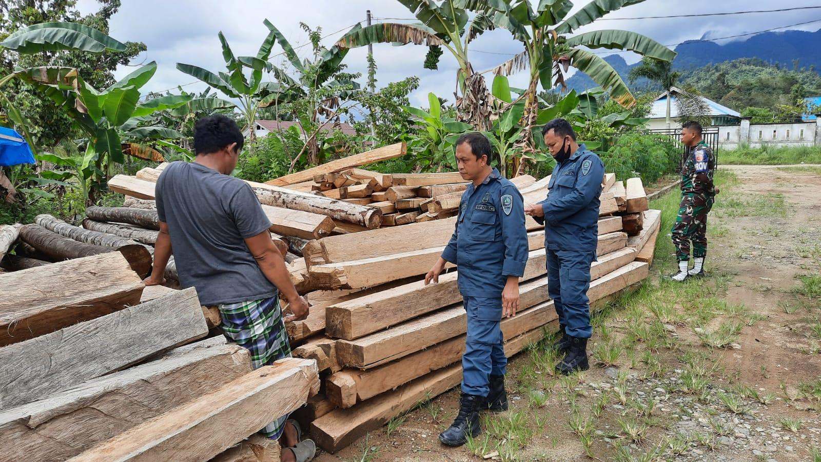 Gakkum rampungkan berkas kasus industri pengolahan kayu yang beroperasi tanpa ijin yang sah di Kecamatan Tommo, Kabupaten Mamuju, Sulawesi Barat. Foto : Gakkum KLHK Sulawesi.