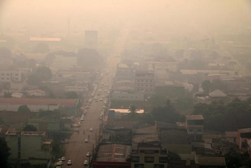 Kabut asap dampak kebakaran di hutan Amazon yang meliputi kota Porto Velho, Rondonia, Brasil. Foto: EPA-EFE/Roni Carvalho