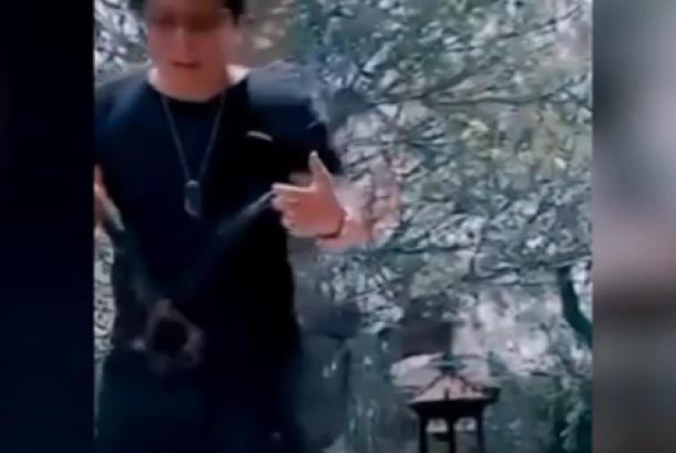 Video Bupati Badung I Nyoman Giri Prasta yang memperlihatkan binatang owa siamang perliharaannya yang diberi nama Mimi yang kemudian menjadi viral. - (Tangkapan video di Youtube)